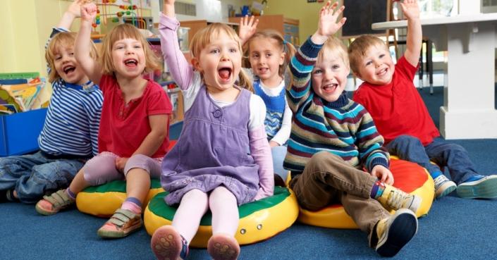 Partizipation in Kindergarten und Kita: Sitzende Gruppe von Kindern, die sich an einer Entscheidung beteiligt