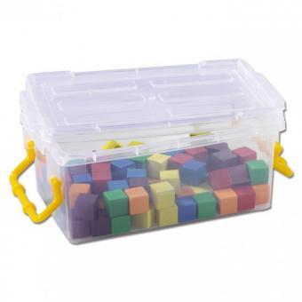 Farbige Holzwürfel in einer Kunststoffbox